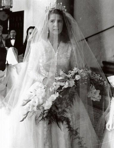 http://1.bp.blogspot.com/-CHDR7HKbcGo/Tkh1Xnrgs9I/AAAAAAAADNk/_oUzjZYaqEk/s1600/Duchess+of+Alba+Wedding+Gown+5.jpg