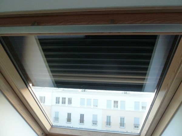 Volet interieur velux affordable le store velux rgulez la for Store interieur velux