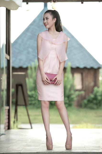 Top 5 Hoa hậu Việt Nam 2014 Thanh Tú hóa nàng công sở yêu kiều trong thiết kế màu hồng nude dịu nhẹ.