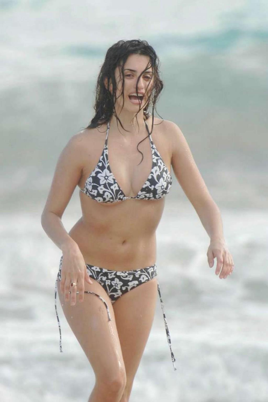 http://1.bp.blogspot.com/-CIXki8QpJig/UIVAX9vcRpI/AAAAAAAAFII/R-3hNumKEZE/s1600/Penelope+Cruz+Bikini+Pictures13.jpg