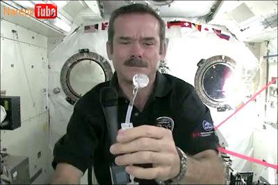 شستن دست در فضا