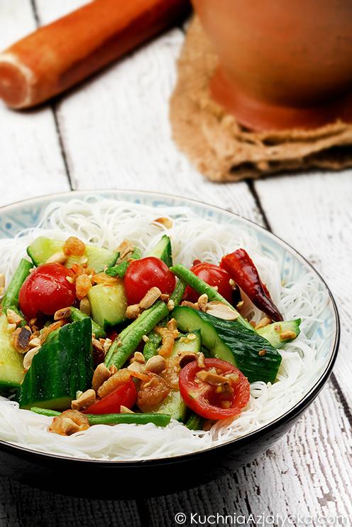 Sałatka z ogórka z makaronem ryżowym © KuchniaAzjatycka.com