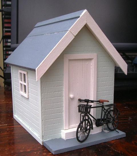 Julie 39 s dolls house blog 1 24th scale beach hut for Model beach huts