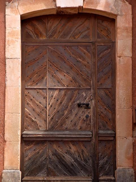 Alte Holztür, Eingangstür zum Haus in der Provence