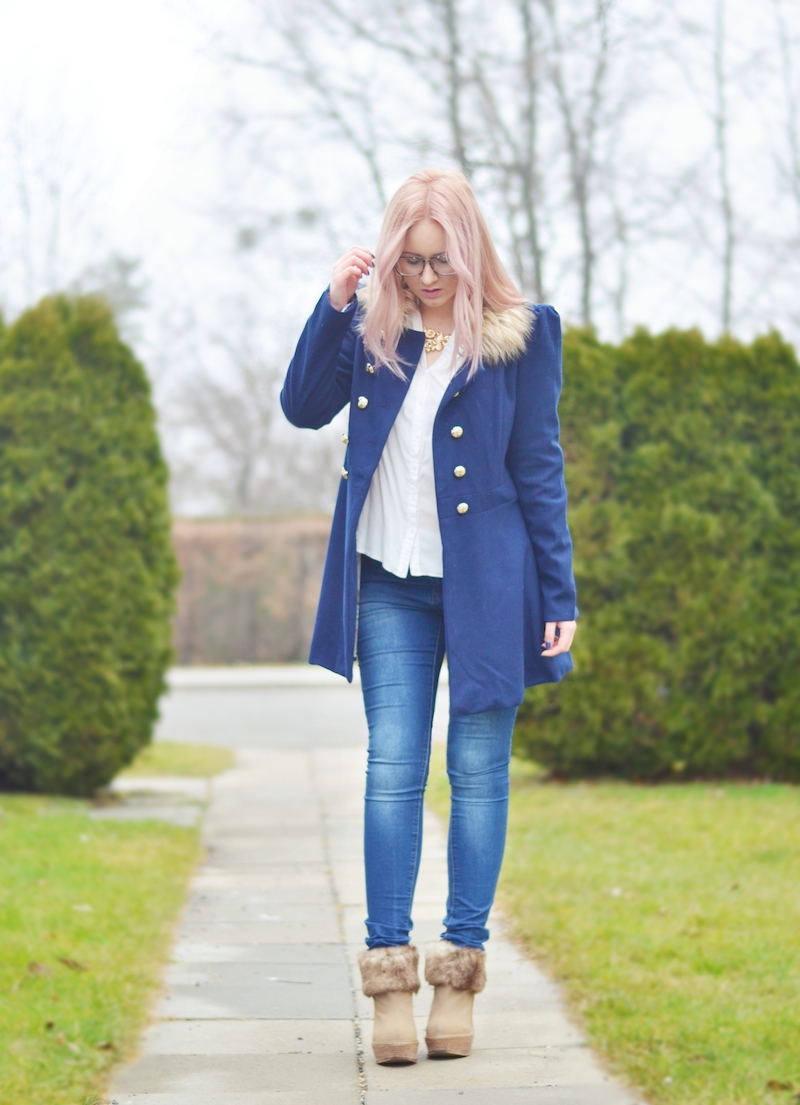 Outfit_marineblauer_Trenchcoat_und_Jeans