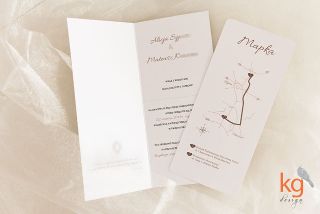 podłużne, eleganckie, klasyczne zaproszenie ślubne, format DL, kolorystyka przewodnia, biały,brązowy, beżowy, ecru, składane zaproszenie ślubne, monogram pary, wkładka RSVP, zaokrąglone rogi, personalizacja zaproszeń i kopert, oryginalne i nietypowe zaproszenia ślubne
