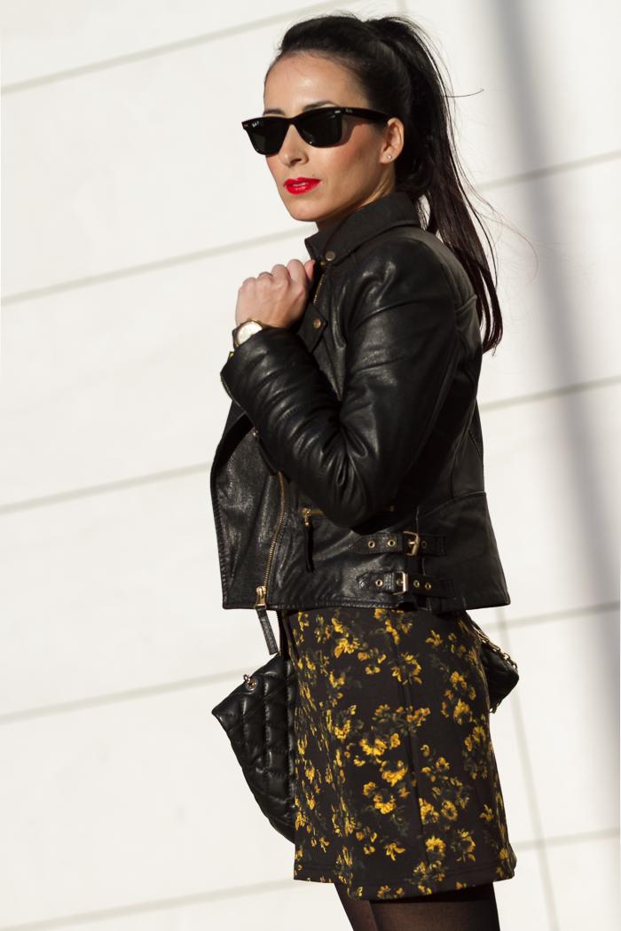 Look Streetstyle Chaqueta de Cuero acolchada con detalles dorados combinada con minivestido amarillo y negro de neopreno de Zara temporada invierno 2014