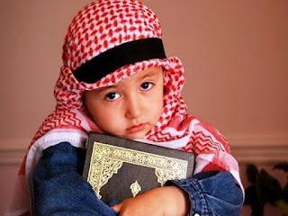 Foto Gambar ANak Muslim Memegang Alqur'an