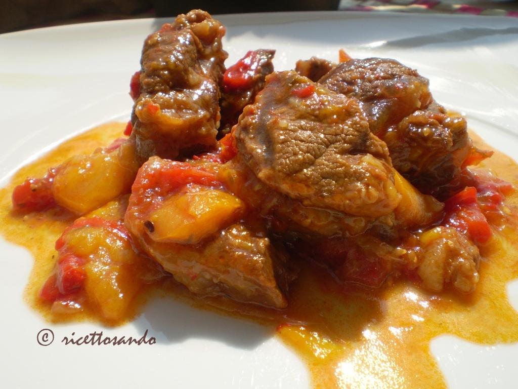 Straccetti di manzo in peperonata ricetta di carne e peperoni stufati