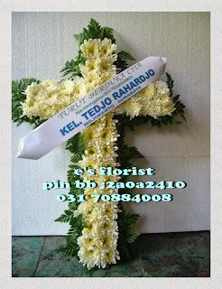 rangkaian karangan bunga salib