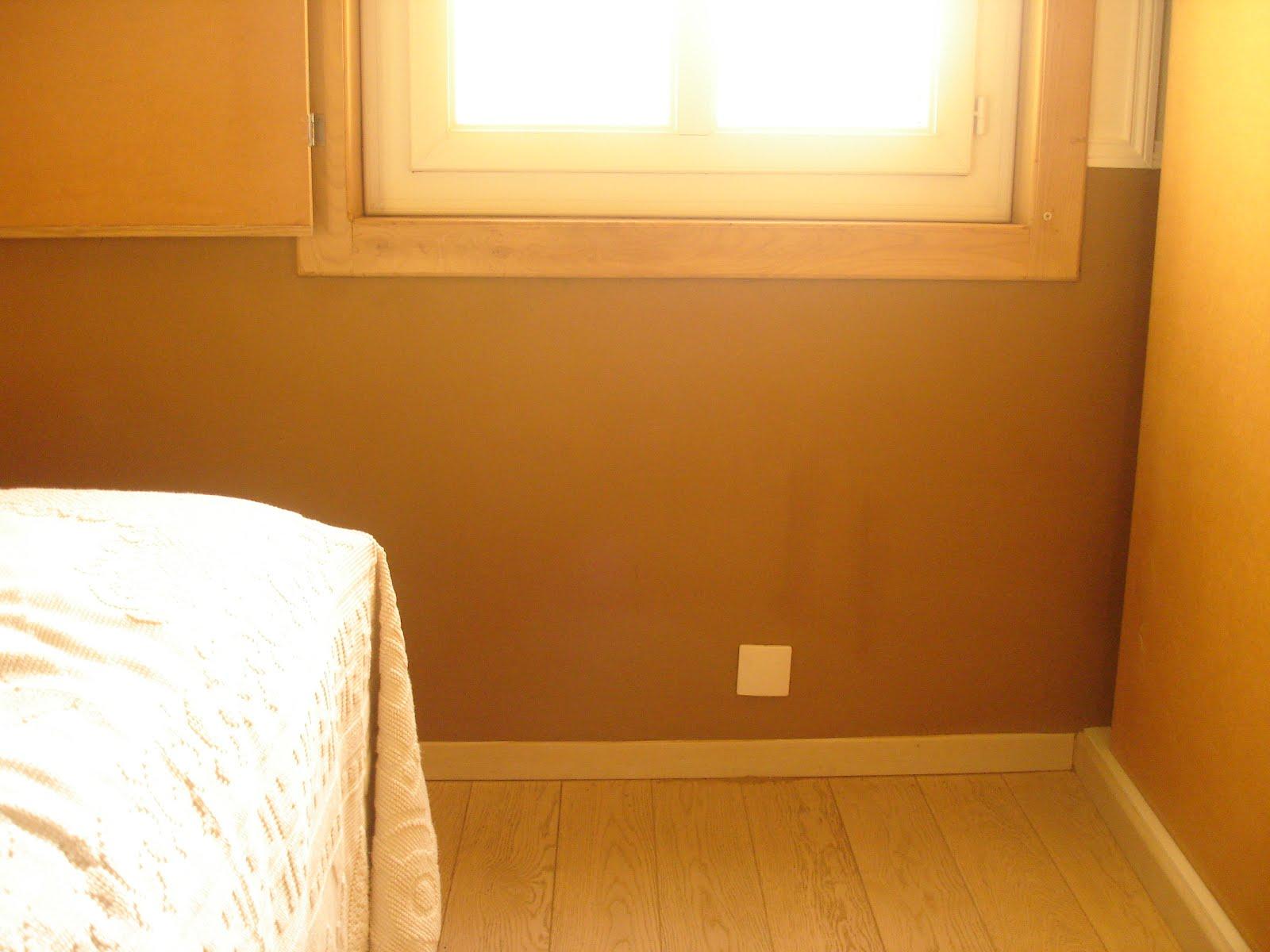 la terre dans tous ses tages enduit de finition en terre sur le mur de la chambre. Black Bedroom Furniture Sets. Home Design Ideas