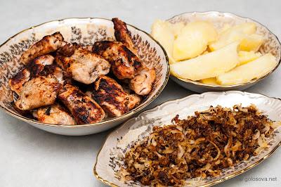 шашлык из индейки, жареный лук и отварная картошка