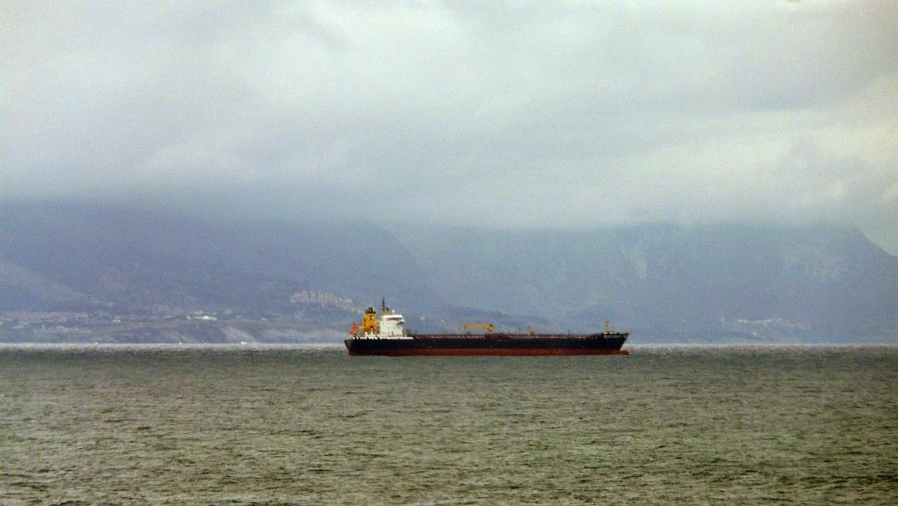 barco marcante en el abra de bilbao 01