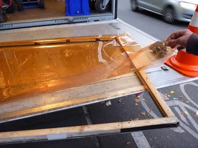 Folie wird auf Rahmen aufgezogen