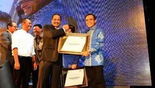 Bupati Banyuwangi Azwar Anas menerima penghargaan sebagai marketeer of the year 2014 dari MarkPlus Inc.