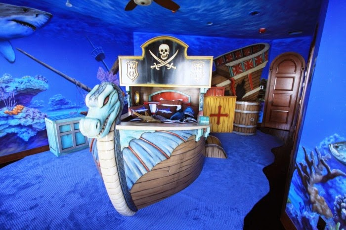 Desain kamar tidur anak dengan tema fantasi Pirates Carribean