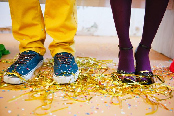 Pies de los novios con confeti
