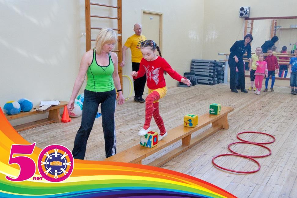 """Кружок """"ПОДВИЖНЫЕ ИГРЫ """" Вместе с родителями особенно весело играть и соревноваться !"""