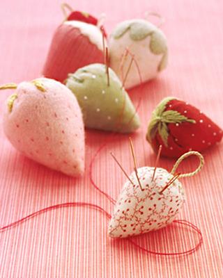 cojin de fieltro en forma de fresa para agujas