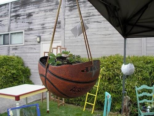 macetas para colgar en tu terraza o jardn o si lo prefieres hazle un agujero mediano y utiliza as el baln completo como un solo pote o maceta