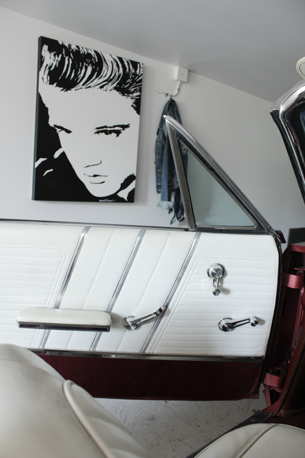 svartvitt tavla elvis, artist svart och vitt, tavla, inreda garaget, 50-tal, 60-tal, 50-talsinredning, bensinmack, prylar från 50-talet, inredning i garage med rockprylar