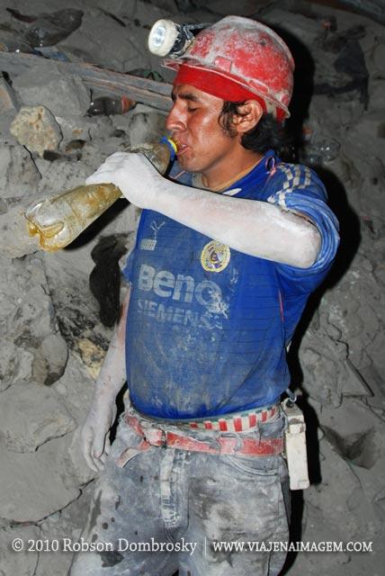 mineiro de potosi bebendo alcool