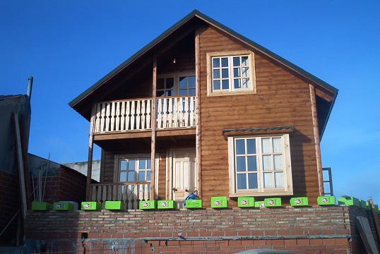 Fachadas de casas fachada casa madera de dos pisos for Fachada casa 2 pisos