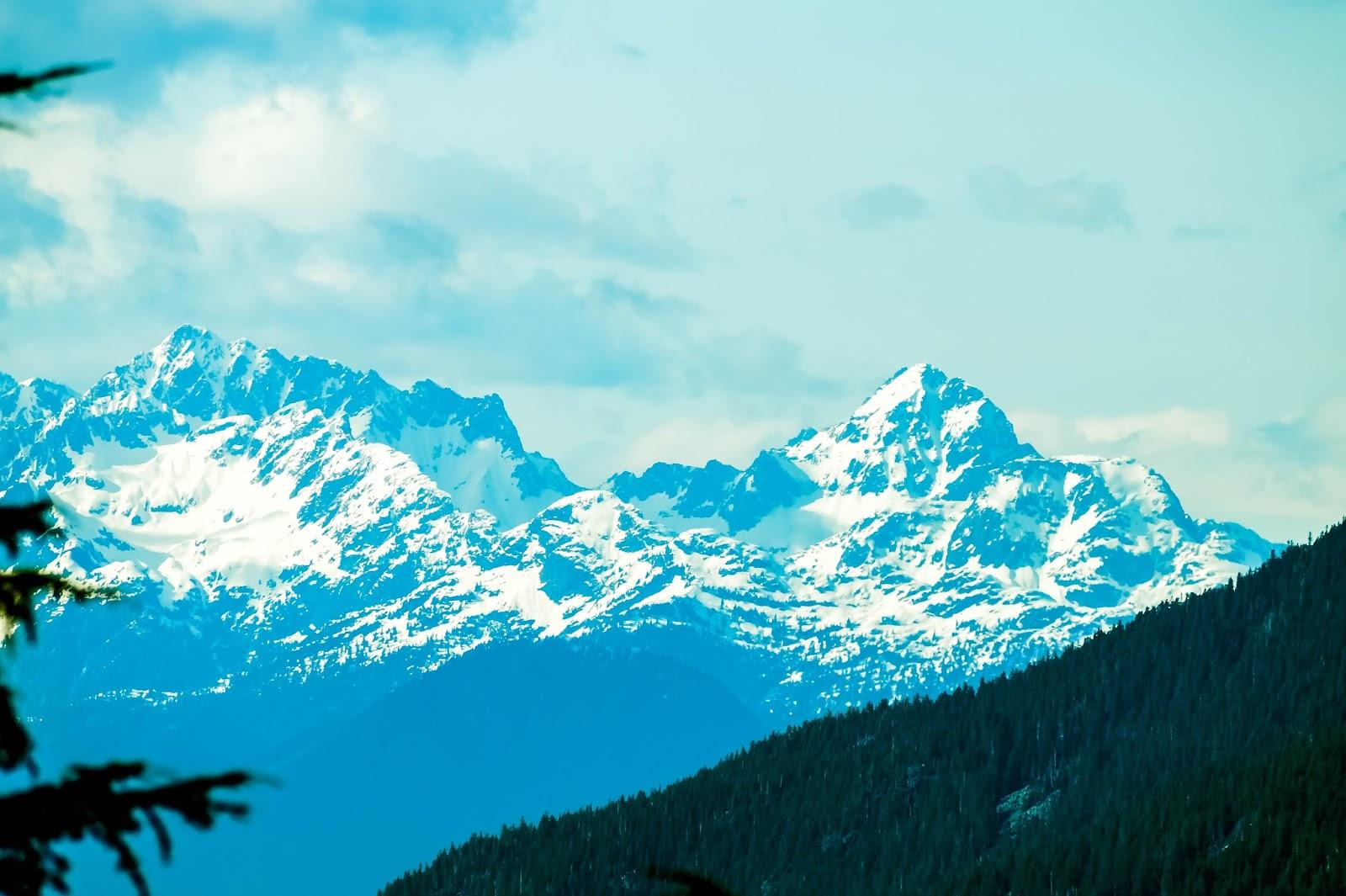 горы Альфа (справа) и Тантал (слева)