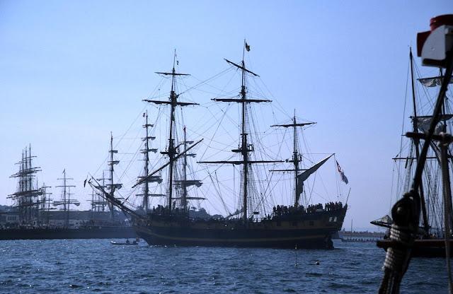 Gambar Kapal Layar Galleon di laut