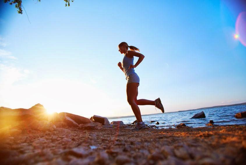 uprawianie joggingu na nadmorskiej plaży