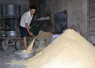 Kỹ thuật trộn đều thức ăn chăn nuôi.
