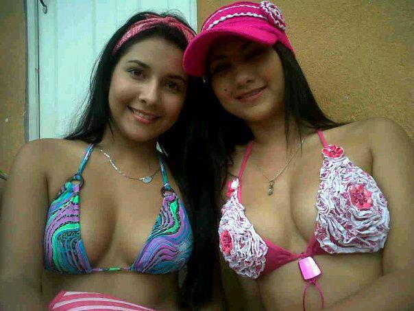 Dos Chicas megabuenotas en auto fotos