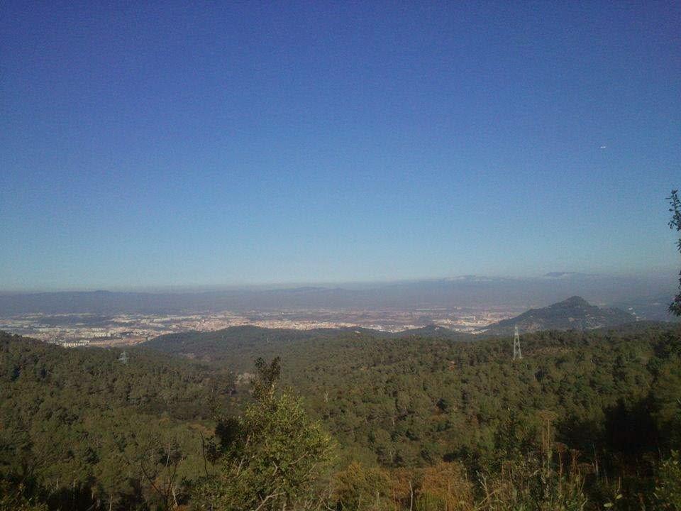 Cara N-NW de Collserola. Al fondo, el Vallés Occidental (Cerdanyola, Ripollet, etc.). [Foto: Alberto Prieto Martín]