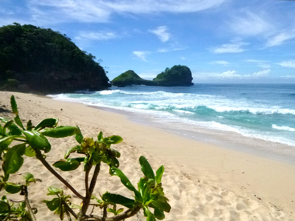 Pantai Goa Cina - Wisata pantai terindah di Indonesia