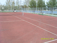 Pirkkalassa tennistä Vähäjärven luona