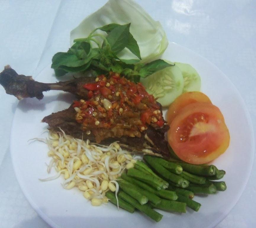 Bebek Goreng dan Nasi Pecel