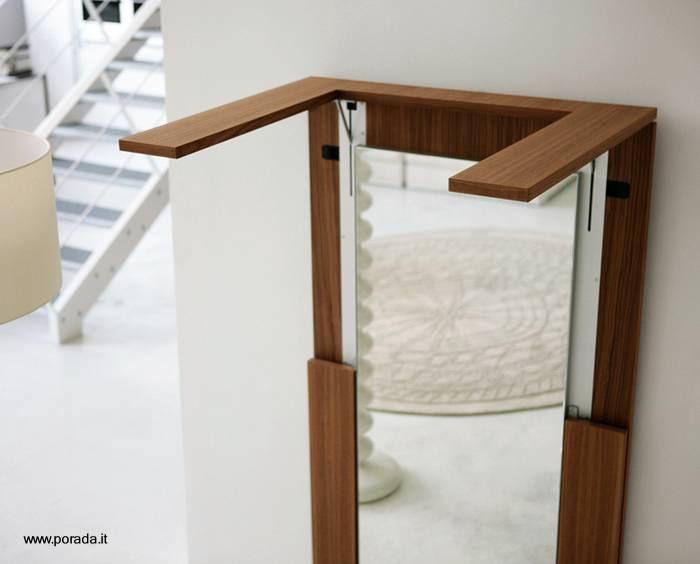 arquitectura de casas: mesa de madera plegable y espejo de pared.