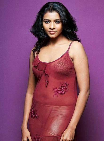 Saranya very sexy and hot boobs