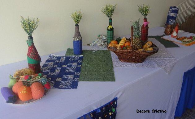 garrafas decoradas sobre a mesa, os retalhos de tecido e as cestas