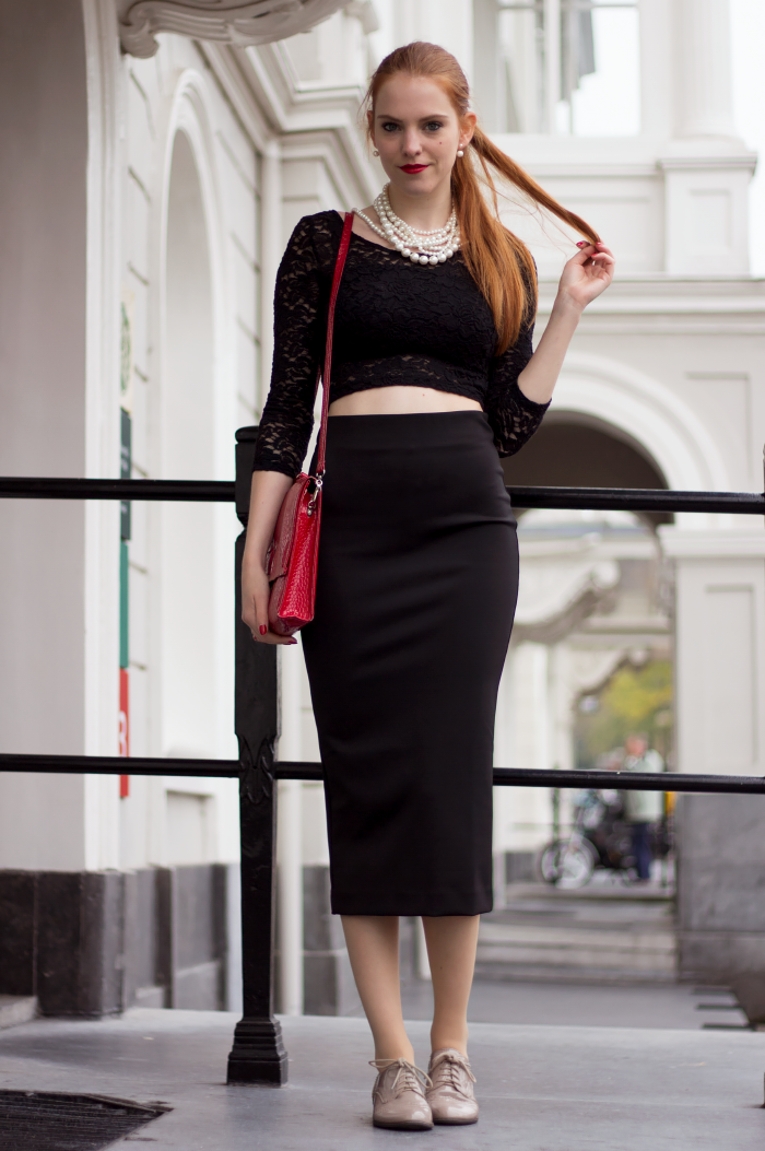 How to / ways to wear a black midi pencil skirt: with a crop top and brogues/></td></tr> <tr><td class=