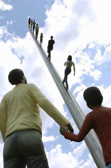 Escultura caminando hacia el cielo