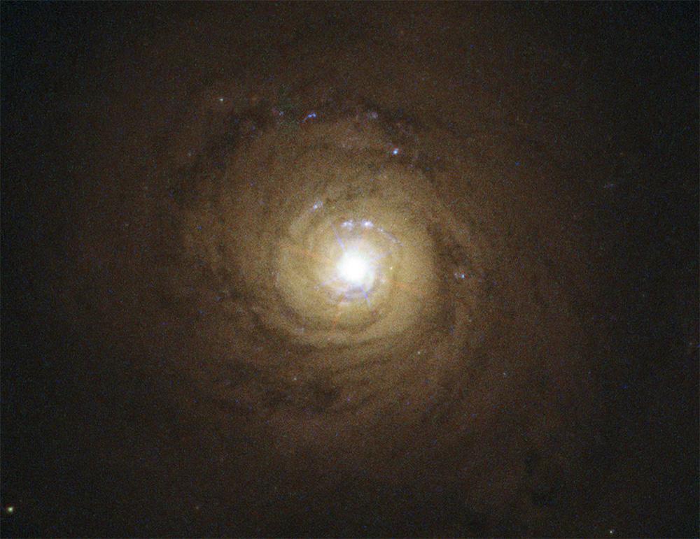 Сверхмассивная черная дыра в центре галактики NGC 5548