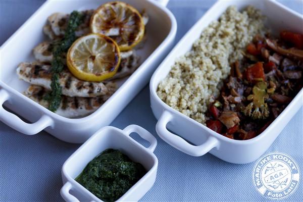 Quinoa met gegrilde kip en kervelpesto