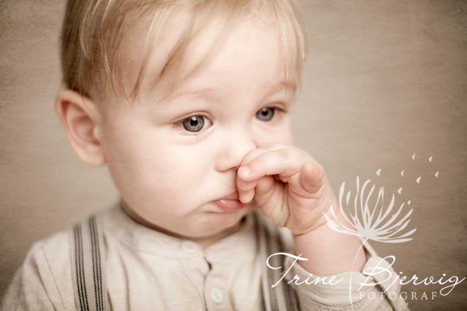 Liten trist gutt , fotografert av barnefotograf Trine Bjervig, Tønsberg, Oslo