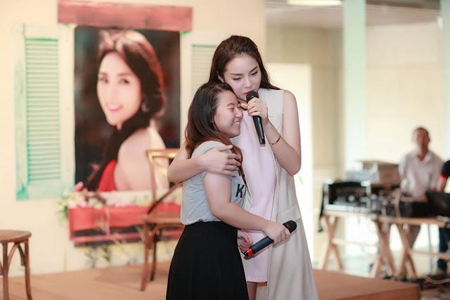 Cô ôm fan và song ca cùng một bạn nữ.
