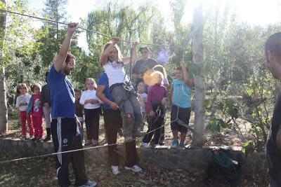 Actividades para niños paso del oso en Camping La Lomilla, Jérez del Marquesado