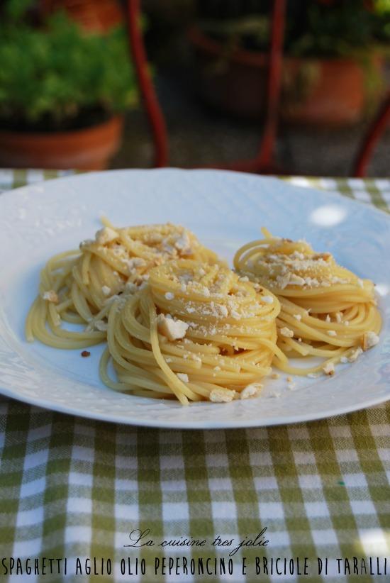 spaghetti aglio olio peperoncino con le briciole e friselle coi pomodori secchi