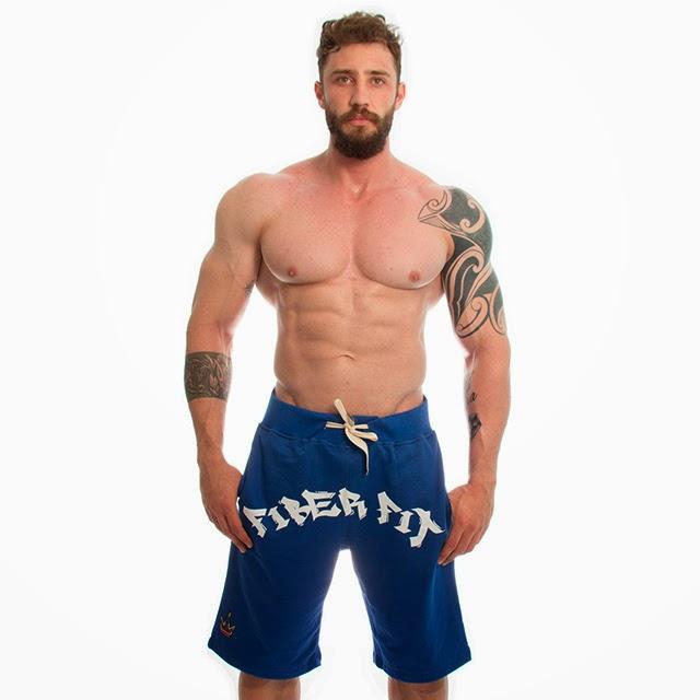 Rafael Mazzali posa de bermuda para campanha de marca de moda bodybuilder