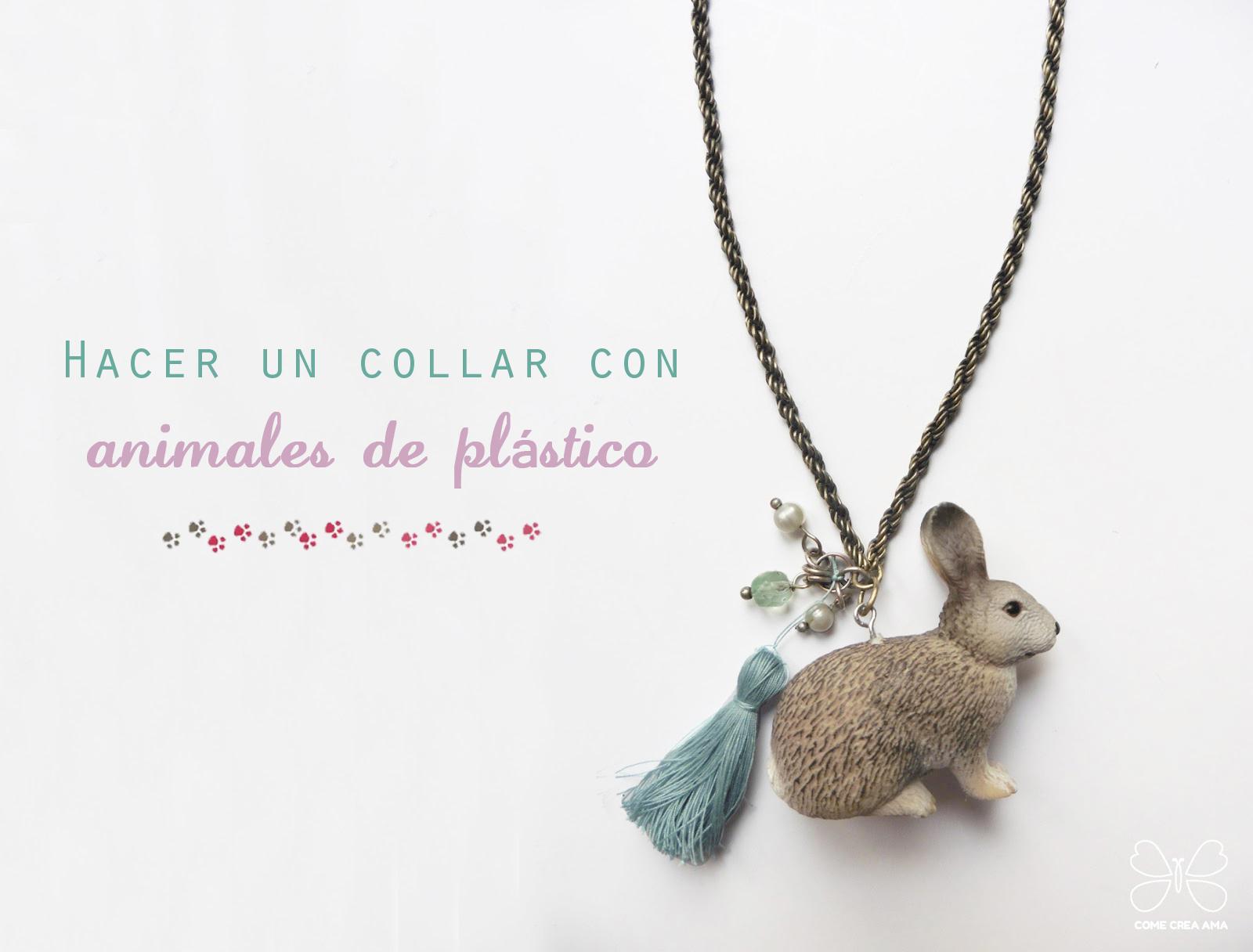 collar con animales de plastico de juguete