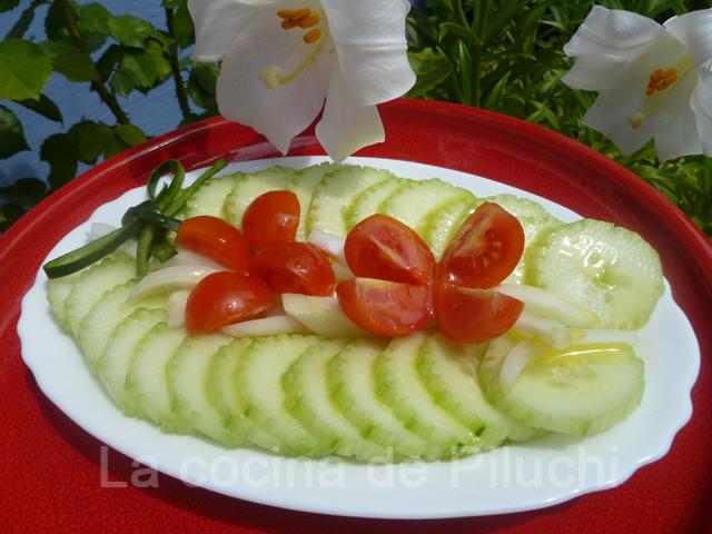 La cocina de piluchi paso a paso ensalada de pepino for Decoracion de ensaladas